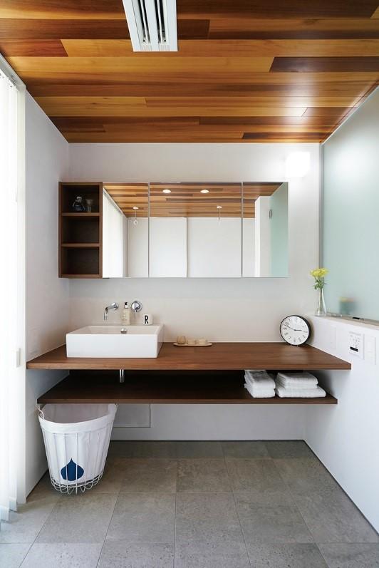 散らかりがちな洗面所エリアは収納スペースを極力減らす1