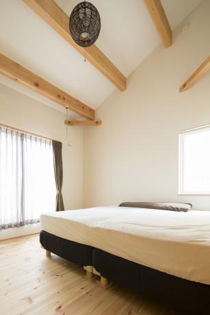 屋根の勾配を利用して天井を高くした寝室