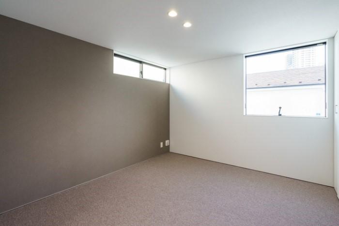 窓の位置やモダンな壁と床で良質な睡眠ができる寝室