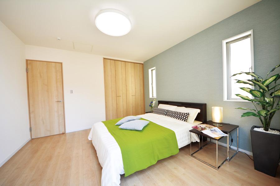 天然木の香りと緑に囲まれ心和む寝室