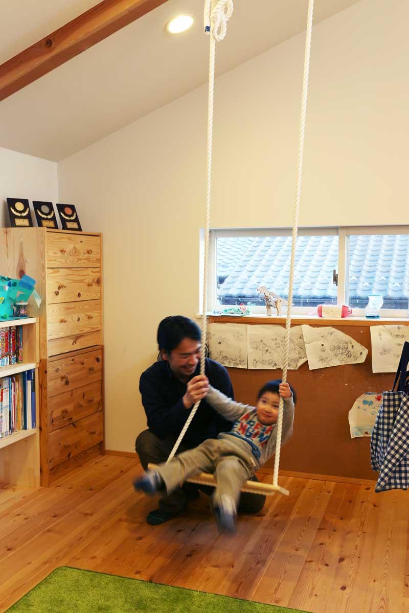 スキップフロアに設置されたブランコの子ども部屋2