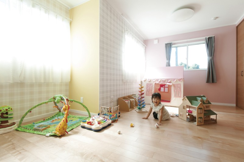 子どものオリジナリティに富んだ壁紙の部屋